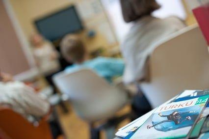 Personas sentadas en clase imagen borrosa