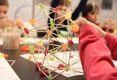 Niños construyen con gominolas