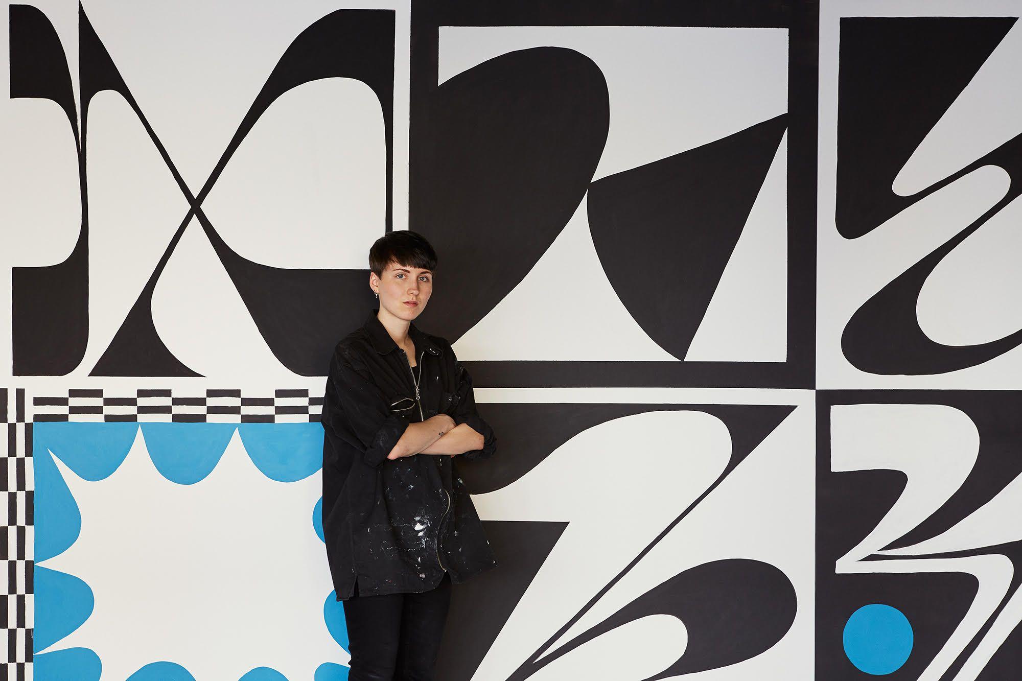 Linn Henrichson delante de su mural