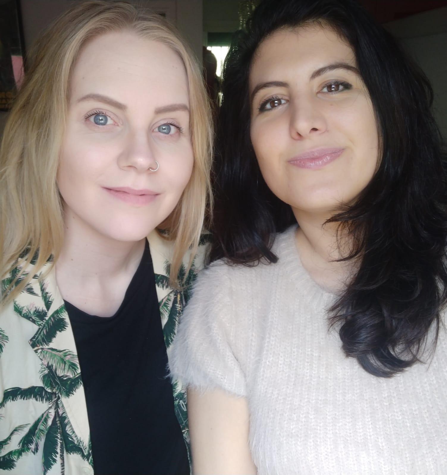 dos mujeres jóvenes