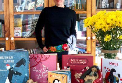 Paloma Valdivia con sus libros
