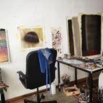 estudio de artista con cuadros y silla
