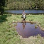 Hombre intenta mover un lago