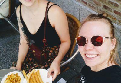 Dos turistas comen churros