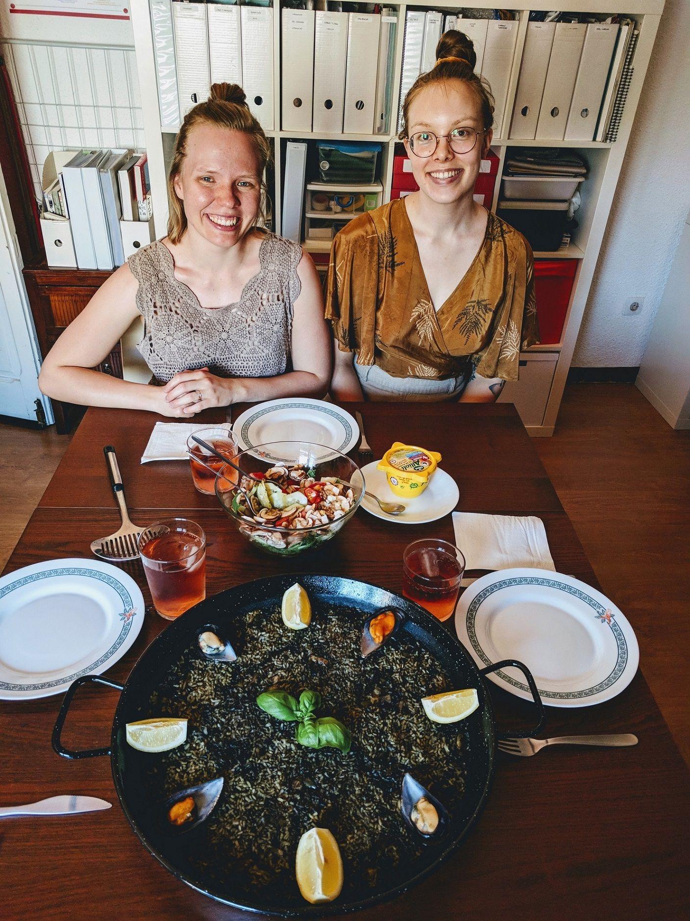 Dos turistas comen paella