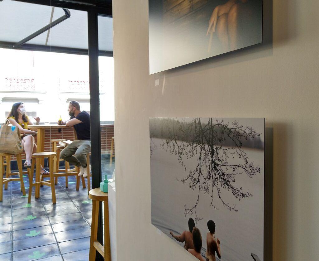 valokuvia seinällä ja ihmisiä terassilla