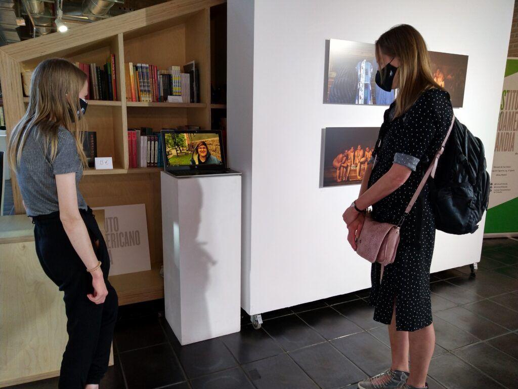 gente en una exposición de fotografía