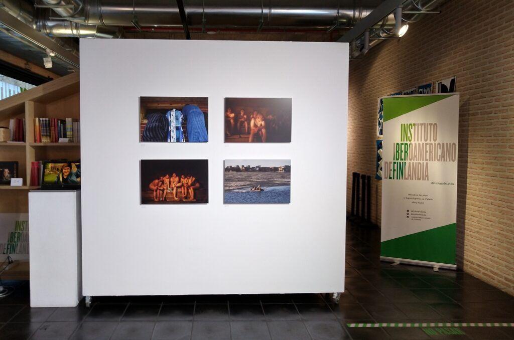 fotografías colgadas en una galería