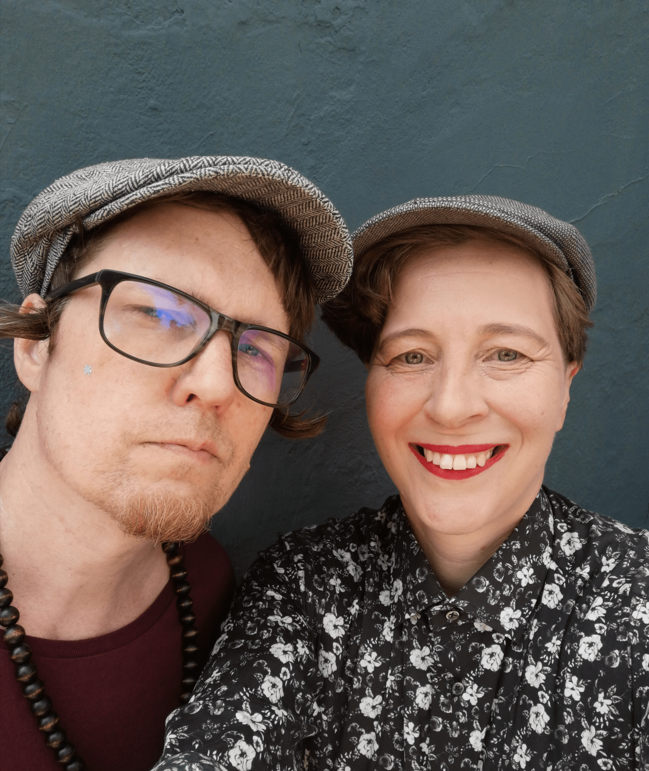 Hombre y mujer con gorra miran a la camara