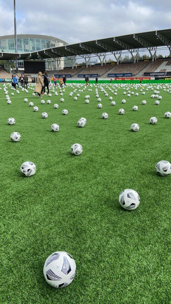 Campo de futbo lleno de pelotas
