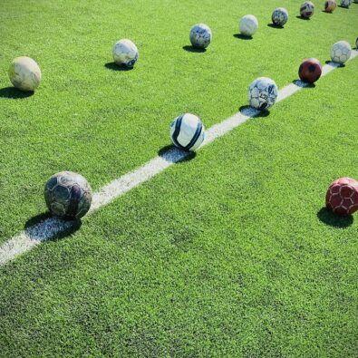 balones en fila en un campo de fútbol
