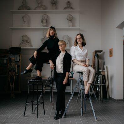 Tres mujeres en un estudio de arquitectura
