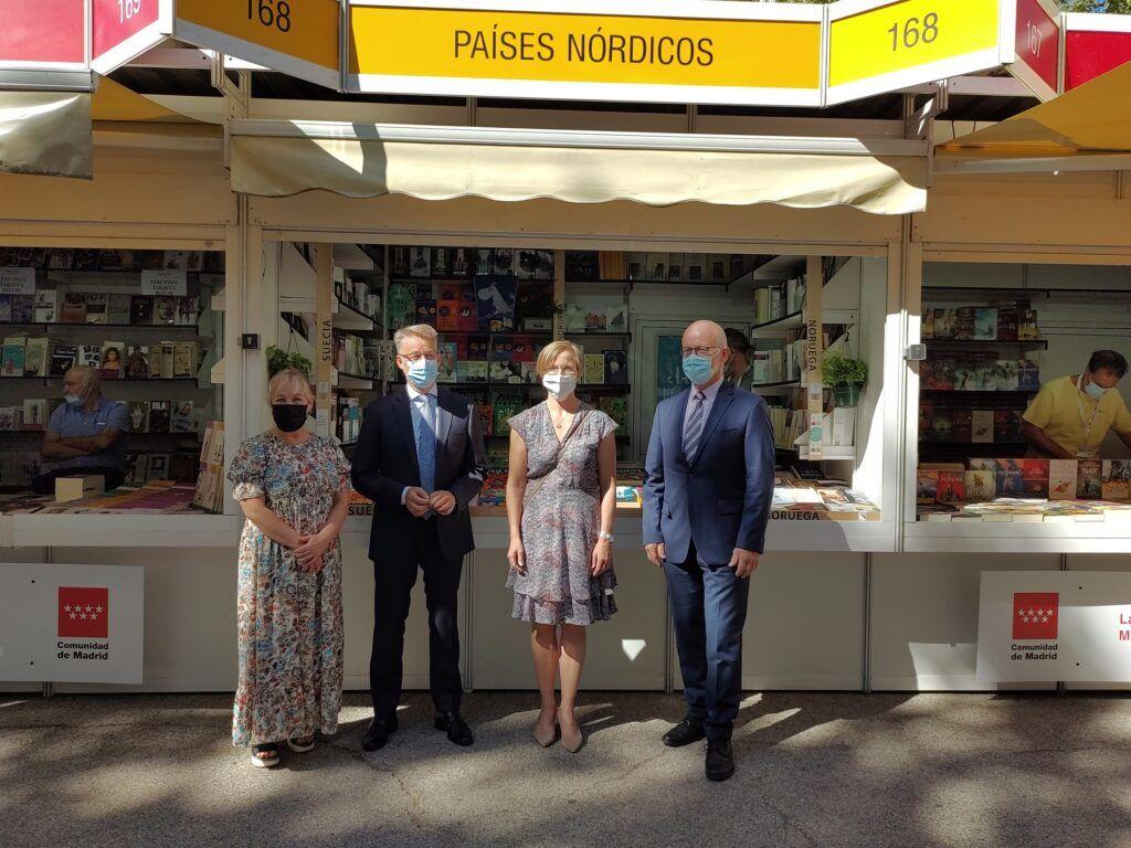 embajadores nórdicos delante de la caseta de libros